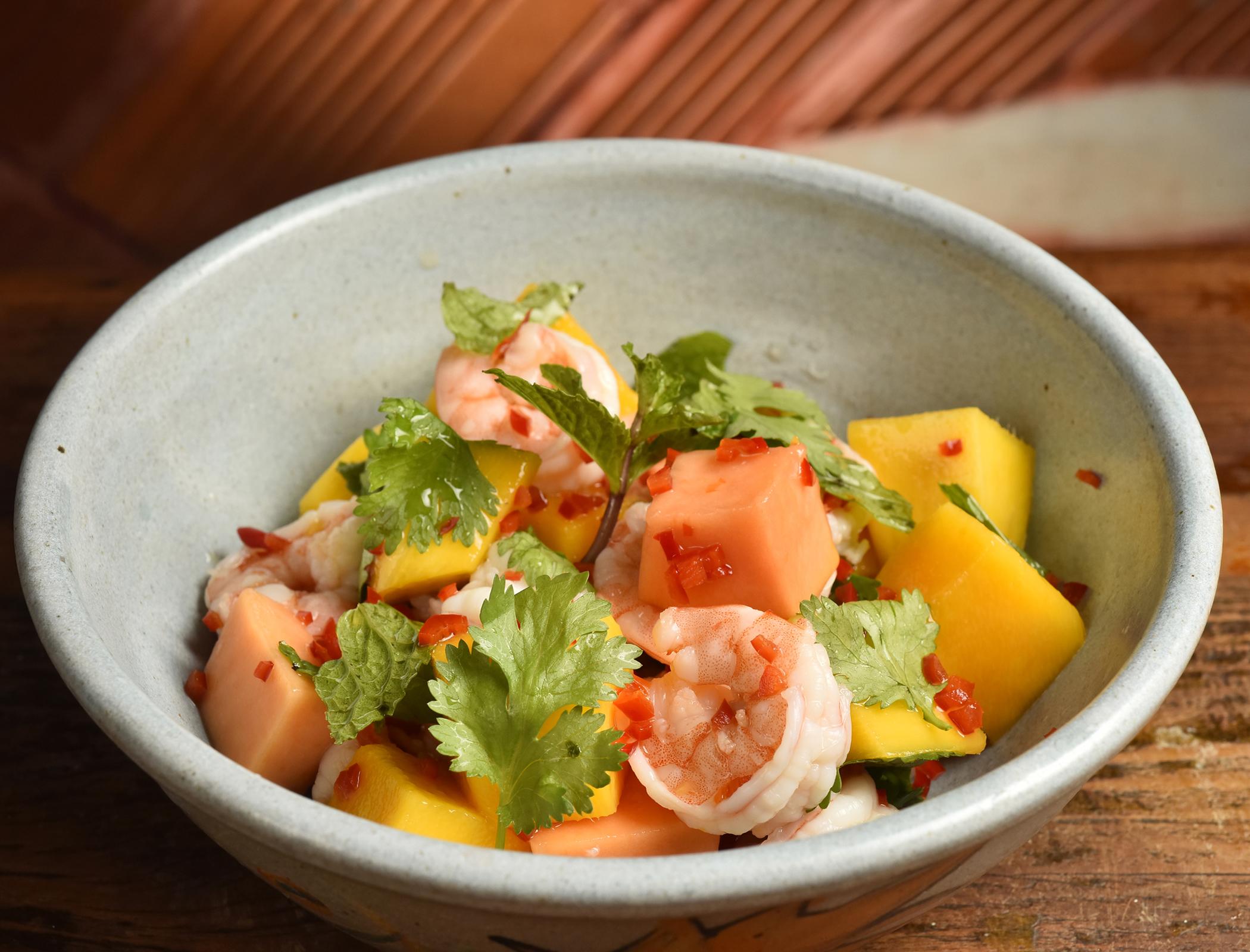 Salada de camarão e manga com hortelã e molho picante