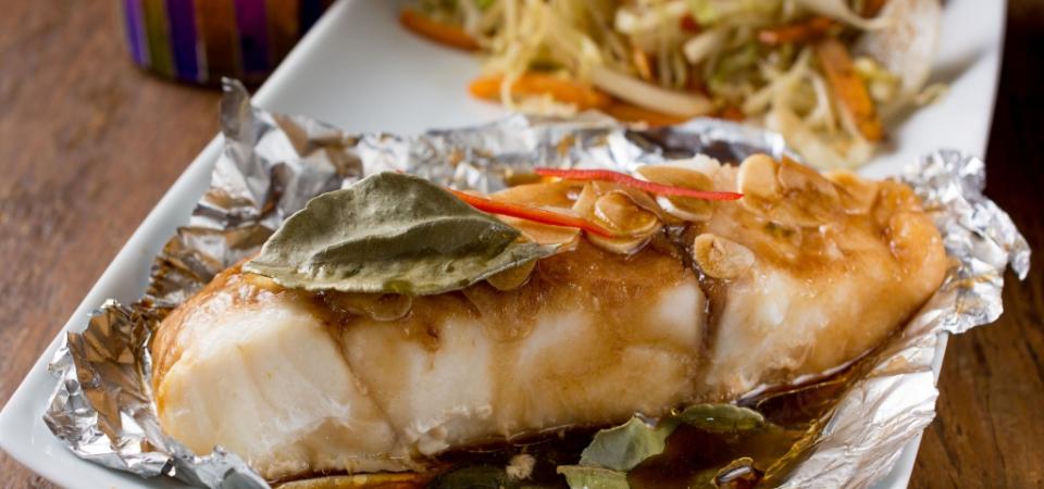 Peixe no vapor com limão Kafir, molho de ostras e óleo de gergelim. Vegetais com cominho e limão